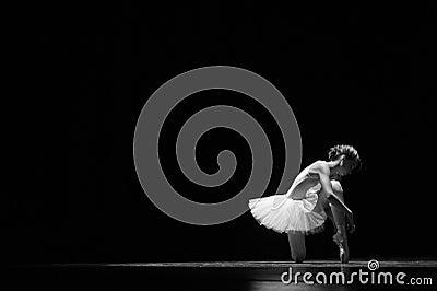 Atar los zapatos de ballet antes de realizar