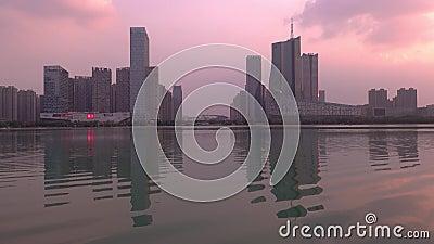 Atardecer sobre el distrito financiero del Lago Swan, ciudad de Hefei, China metrajes