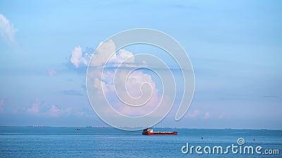 Atemberaubende Würzigkeit mit einem roten Segelschiff auf blauem bewölktem Himmel im Hintergrund, Wassertransport Konzept Schuss  stock footage