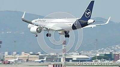 Aterrissagem comercial do avi?o de passageiros no aeroporto internacional de Barcelona video estoque