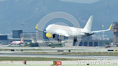 Aterrissagem comercial do avi?o de passageiros no aeroporto internacional de Barcelona vídeos de arquivo