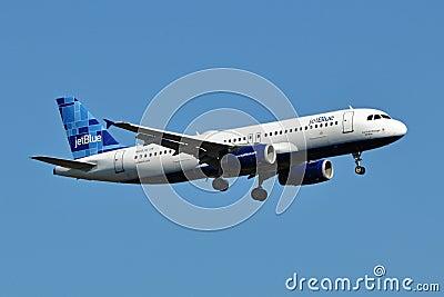 Aterrizaje de Airbus A320 de las vías aéreas de JetBlue Imagen editorial