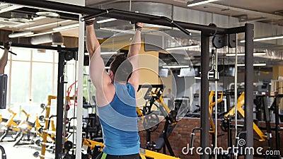 Athlète de jeune homme faisant l'exercice abdominal de barre cabreuse dans le gymnase clips vidéos