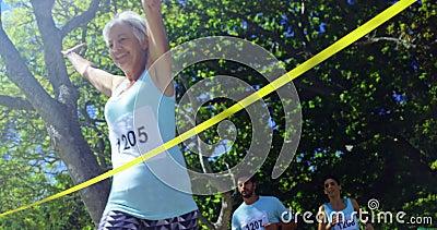 Athlète féminin gagnant la course de marathon 4k