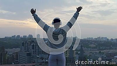Athlète faisant le yoga au bord du toit, recevant la charge de la vivacité et de la relaxation clips vidéos