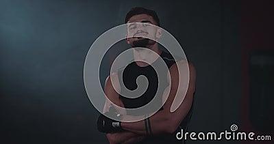 Athletisch attraktiver Mann in einer Sportbekleidung vor der Kamera, die gerade lächelnd große große große Lächelnd vor der Kamer stock footage