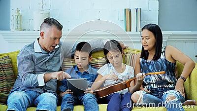 Atividade em tempos de lazer de uma família feliz video estoque
