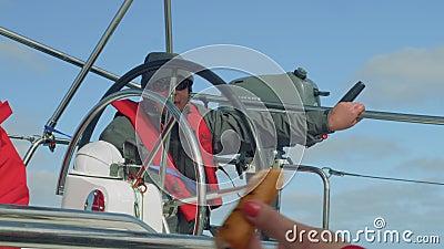 ATLANTISCH - CIRCA IM NOVEMBER 2017: Sportsegler während der Morgenuhr im Cockpit des Yachtsegelns im Ozean stock video