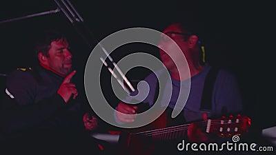 ATLANTISCH - CIRCA IM NOVEMBER 2017: Sportseglerspielgitarre und singen während der Nachtwache stock video footage