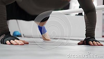 Atleta mężczyzna ups ćwiczenia na pięściach w gym szkolenie pcha Sporta mężczyzny robić pcha w górę ćwiczenia podczas gdy intensy zdjęcie wideo