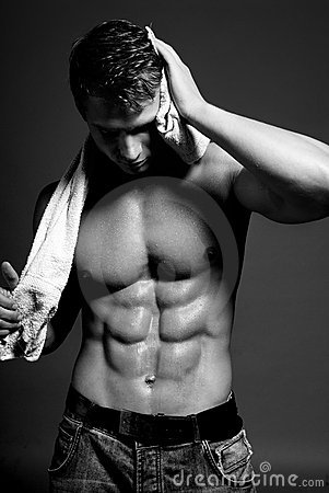 Atleta mojado atractivo