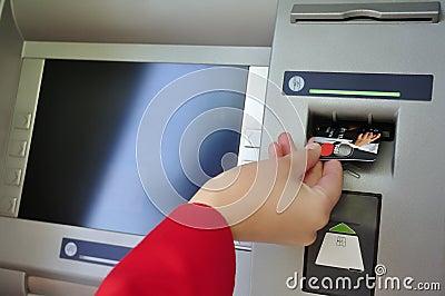 Atm karty zbliżenia ręka target1820_0_ s kobiety