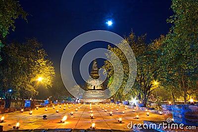 Atmosfär i buddismdag på templet