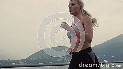 Atmosfera sport i sprawność fizyczna dennym brzeg, piękna dziewczyna, zwolnione tempo zbiory