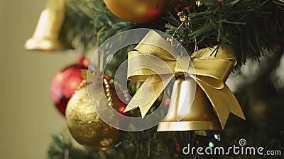 Atormente las decoraciones de la Navidad del foco y las luces eléctricas en árbol metrajes