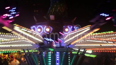 Atração do recinto de diversão girando na noite vídeos de arquivo