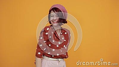 Atractiva joven caucásica sonriendo mirando lejos con la cabeza sobre la mano almacen de video