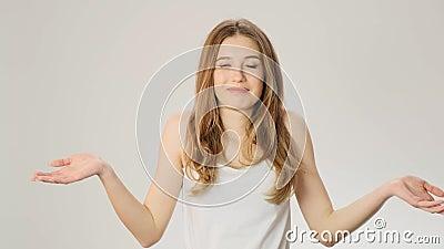 Atrakcyjna młoda dziewczyna rozczarowywał wyrażenie, odizolowywającego nad popielatym tłem Kobieta wprawiać w zakłopotanie, no zn zdjęcie wideo