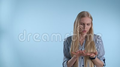 Atrakcyjna młoda kobieta liczy coś na palce zbiory wideo