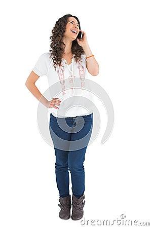 Atrakcyjna przypadkowa brunetka na telefonie