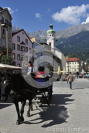Atração no quadrado de Innsbruck Foto Editorial