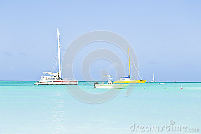 Att segla seglar i det blåa karibiska havet