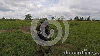 Attacco del soldato russo I tiri del soldato dalla mitragliatrice stock footage