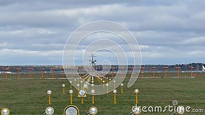 Atterraggio di aeroplano nell'aeroporto stock footage