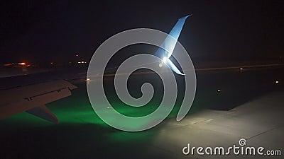 Atterraggio piano all'aeroporto durante la notte La vista dalla cabina di pilotaggio video d archivio