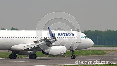 Atterrissage de l'Airbus A320 Air Astana banque de vidéos