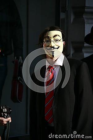 Attivista anonimo con la mascherina di Fawkes del tirante Immagine Stock Editoriale