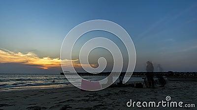 Attivit? sulla spiaggia alla spiaggia di Natai, Phang Nga Tam Lap, tempo di tramonto Cielo arancio, cielo nuvoloso archivi video
