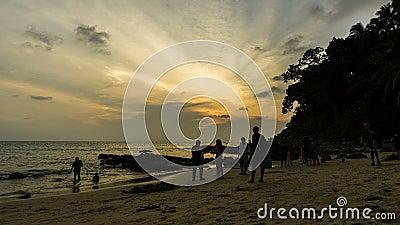Attivit? sulla spiaggia alla spiaggia di Surin, Phuket Tam Lap, tempo di tramonto Cielo arancio, cielo nuvoloso archivi video