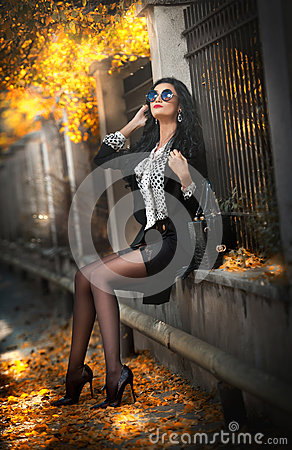 Free Attractive Young Woman With Sunglasses In Autumnal Fashion Shot. Beautiful Lady In Black And White Outfit With Short Skirt Sitting Royalty Free Stock Images - 62336679