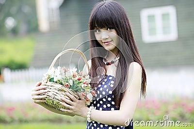 Attraktiv blommaflicka