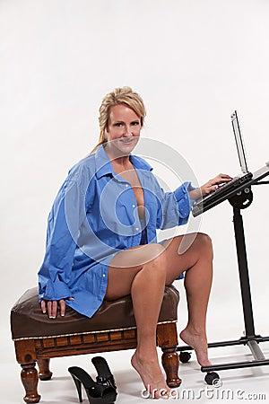 Attraktiv blond caucasian fortieskvinna