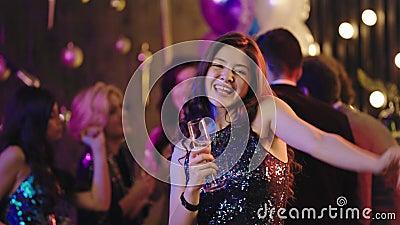 Attraktiv mit einer perfekten großen Lächeln jungen Frau tanzen vor der Kamera auf glamouröse Party sie trägt eine stock video