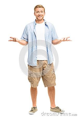 Attraktiv ung man som ler full längd på vit bakgrund