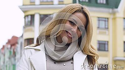 Attraktive bezaubernde junge Dame, die an Kamerahaut und -Haarpflege Cosmetology lächelt stock video