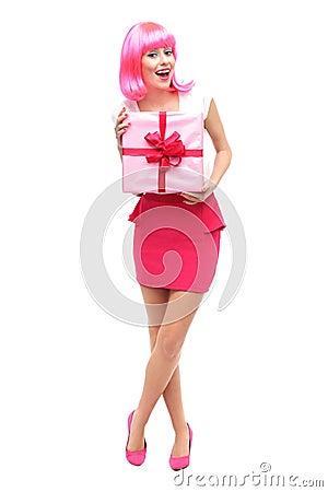 Attraktive Frau, die Geschenk anhält