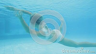 Zwei hübsche Mädchen machen eine Engel- und Dämonenshow unter Wasser