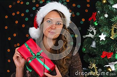 Attraktive Frau mit Geschenk
