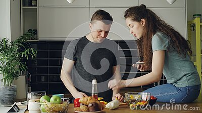 Tochter wirft Dads Salat