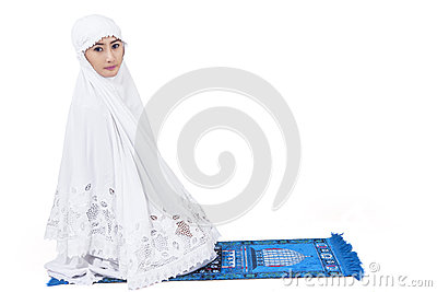 Attraktive moslemische Frau beten - lokalisiert