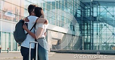 Attraktive Paare in der Liebe, nehmend nahe airpotr oder Bahnstation Abschied Konzept der Abfahrt, Abschied, Geschäftsreise stock video