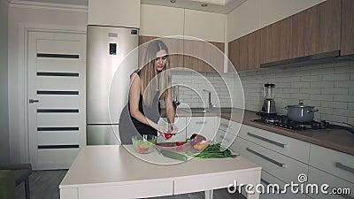 Attraktive schwangere Frau, die frische Salate in der modernen Küche zubereitet stock footage