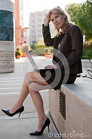 Attraktive Vierzigerkaukasiergeschäftsfrau