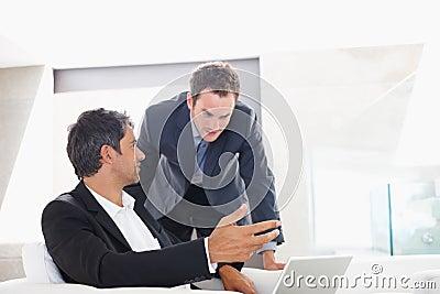 Attraktiver zwei Geschäftsmann, der eine Diskussion hat