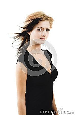 Attraktives junges Baumuster, das in einem netten schwarzen Kleid aufwirft