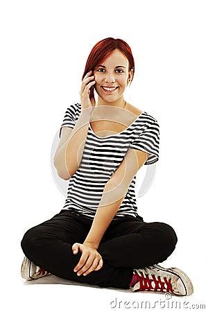 Attraktives junges Mädchen, das einen Telefonaufruf bildet